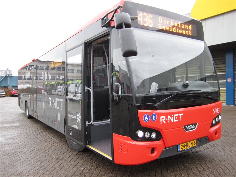 R-net bussen zijn herkenbaar aan hun rood-zwarte kleurstelling
